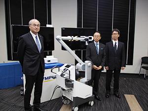 3社協業で開発した「ORBEYE」。左からオリンパス・田口氏,SOMED・津末氏,ソニー・勝本氏