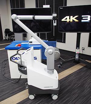 4K 3D手術用顕微鏡システムのORBEYE本体。デジタル化で接眼レンズなどがなくなり,アームの細径化なども合わせて重量も約50%軽量化された。