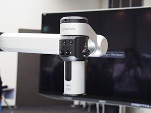 顕微鏡のヘッド部分。4KのExmor R CMOSイメージセンサーを2個搭載しながら,一眼レフに使われる高解像度でコンパクト化が可能なレンズを採用することで小型化されている。