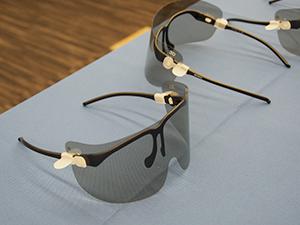 軽量な3Dゴーグル。眼鏡の上から装着できる。