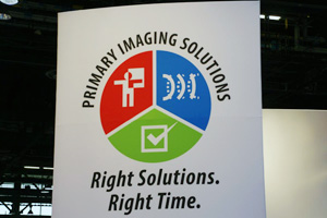 "ブース全面に掲げられた展示コンセプト""Primary Imaging Solutions - Right Solutions. Right Time."""